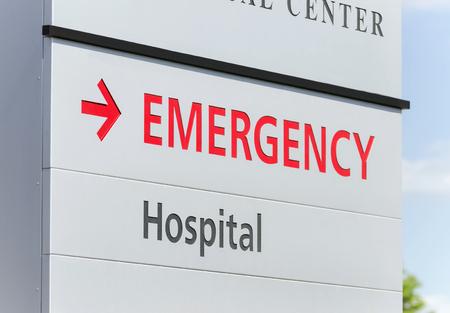 Gros plan d'un signe d'urgence à l'hôpital Banque d'images - 62241093