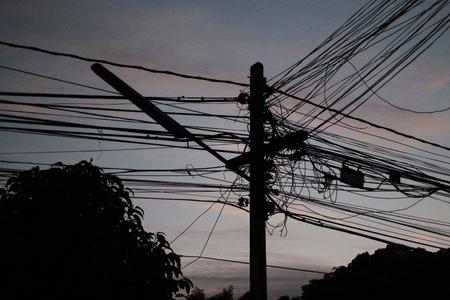 전기 극 어두운 파란색 배경입니다.