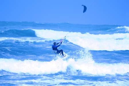 Springen kite surfer op blauwe achtergrond