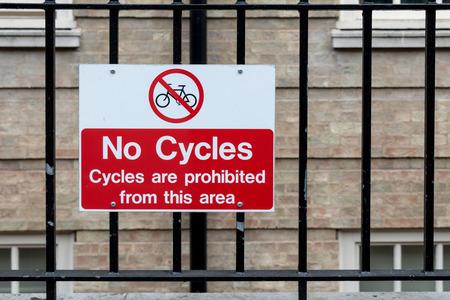 cycles: Se�al de tr�fico: No Ciclos en la cerca de metal - Ciclos Se proh�be a esta �rea