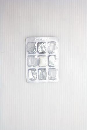 goma de mascar: mascar chicle paquete en el fondo blanco