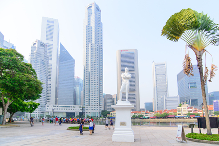 """SINGAPORE-19 oktober 2014: Standbeeld van Sir Tomas Stamford Raffles met moderne wolkenkrabbers achtergrond-best bekend voor zijn stichting van de stad van Singapore.He wordt vaak omschreven als de  """"Vader van Singapore """"."""
