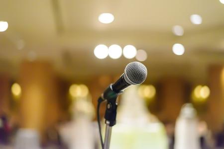 musica electronica: micr�fono en la sala de conciertos o sala de conferencias con las luces en el fondo. con Kelvin extremadamente superficial .. Foto de archivo