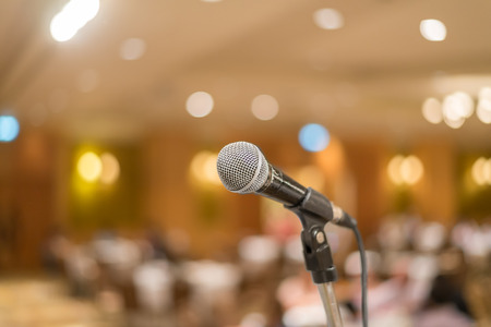 microfoon in de concertzaal of conferentieruimte met lichten op de achtergrond. met zeer ondiepe dof ..