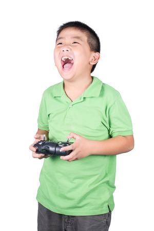 Kleine jongen die een draadloze afstandsbediening (het beheersen van de handset) voor de helikopter, drone of vliegtuig Geïsoleerd op witte achtergrond