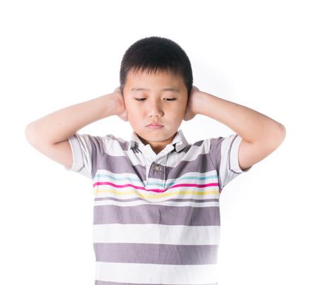 hands off: Boy manos fuera que cubre los o�dos contra el ruido fuerte, apretando la cabeza con las manos, tener dolor de cabeza, la resoluci�n de conflictos aislados sobre fondo blanco.