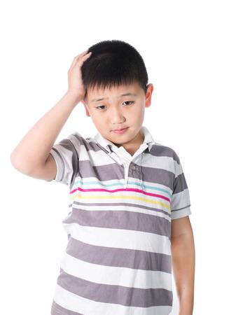 Jongen die een hoofdpijn houdt zijn hoofd met zijn hand, geïsoleerd op de witte achtergrond