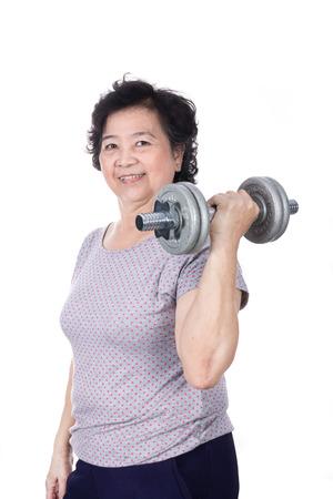 Aziatische sterke senior vrouw tillen gewichten, geïsoleerd op een witte achtergrond.