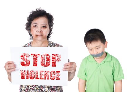 maltrato: Abuso Senior y niño o maltrato de personas mayores y niños con un ojo negro magullados y heridos que sostiene la violencia Detener papel horizontal. Foto de archivo