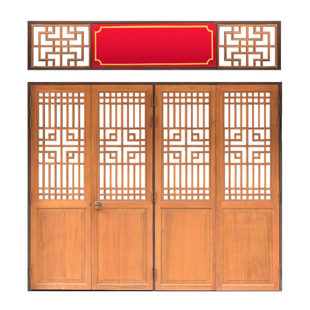 portones de madera: Ventana tradicional de Asia y el patr�n de la puerta, marco rojo, puerta de madera de estilo chino con trazado de recorte, aislado en fondo blanco Foto de archivo