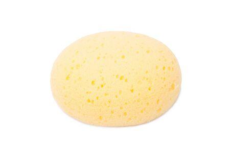 celulosa: esponja de celulosa ronda amarillo natural facial aislado en el fondo blanco, tiro del estudio.