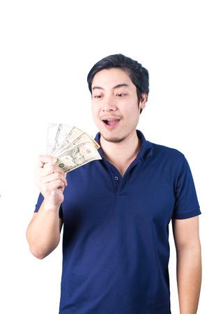 Succesvolle Aziatische man. Gelukkig jonge man die geld terwijl staan en duimen omhoog, geïsoleerd op een witte achtergrond
