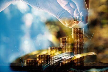 Double exposition des piles de pièces avec un graphique financier et un espace de copie pour l'idée de concept commercial et financier. mise au point superficielle.