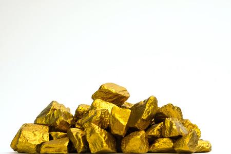 Ein Haufen Goldnuggets oder Golderz auf weißem Hintergrund, Edelstein oder Klumpen goldenen Steins, Finanz- und Geschäftskonzeptidee.