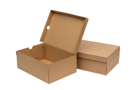 Scatola di scarpe di cartone marrone con coperchio per mockup di imballaggio di prodotti di scarpe o scarpe da ginnastica, isolato su sfondo bianco con percorso di ritaglio.