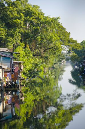 gente pobre: Residential on water, house of poor people on the river in Bangkok, Thailand, Jan 2, 2016