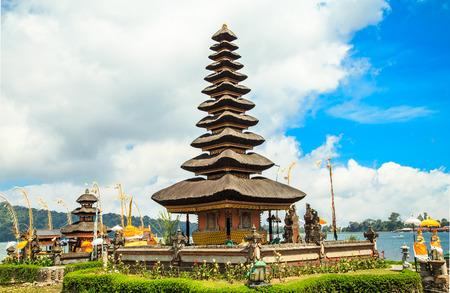 bratan: Temple Pura ulun danu bratan measurement is above sea level to 4700 feet, built in 17th century by the Bedugul