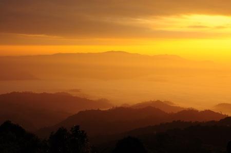 Sole sopra la montagna nebbia photo