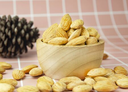 Delicious almonds in a bright, beautiful cup 免版税图像