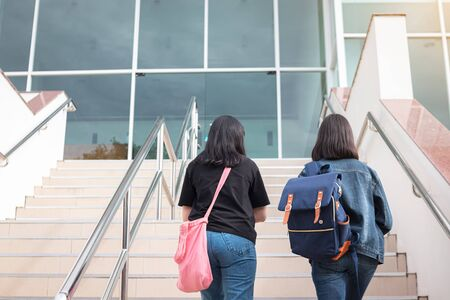 College students walking up the stairs Banque d'images - 143497616