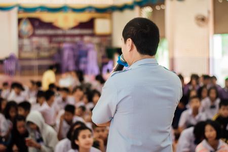 Guy speaks microphones at the meeting. Foto de archivo