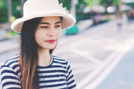 Close up shot of stylish young woman in hat against  street background. Beautiful female model. 免版税图像