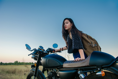 Young woman drive with motorbike on street, enjoying freedom and active lifestyle, having fun on a bikers tour. 免版税图像 - 124964646