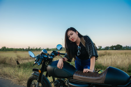 Young woman drive with motorbike on street, enjoying freedom and active lifestyle, having fun on a bikers tour. 免版税图像 - 124964722