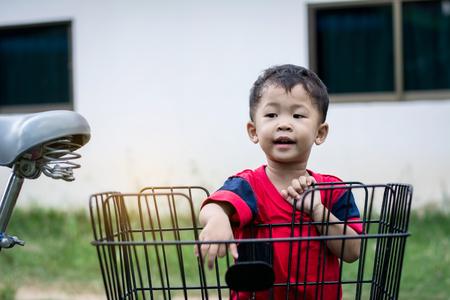 Happy children playing with a bike alone. 免版税图像 - 123510586