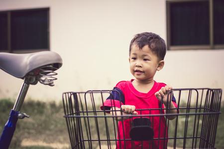 Happy children playing with a bike alone. 免版税图像 - 123510587