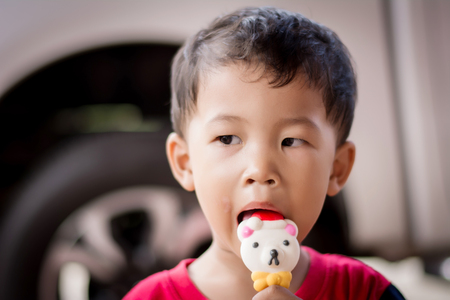 Children eating ice cream in the summer. Foto de archivo