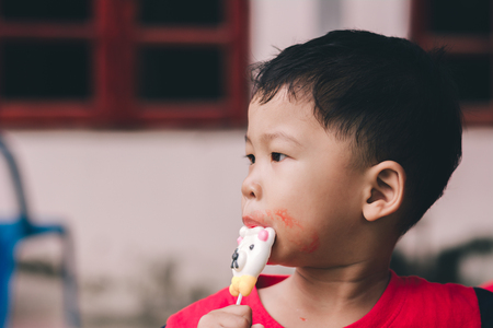 Children eating ice cream in the summer. 免版税图像 - 123513809