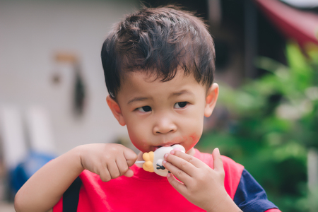 Children eating ice cream in the summer. 免版税图像