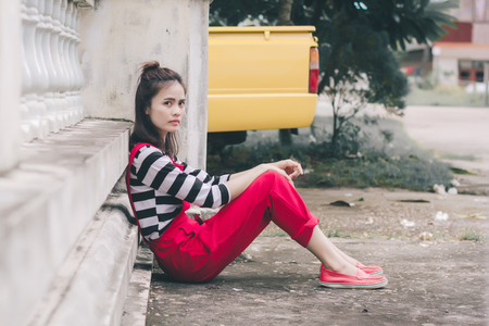 Close up portrait of hipster woman with her yellow car. 免版税图像