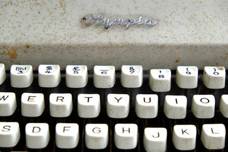 vintage typewriter with alphabet keys 新闻类图片