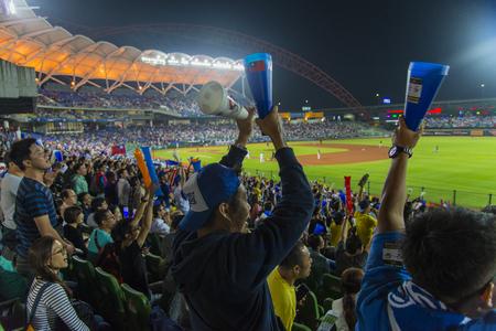 Taichung, Taiwán - 12 de octubre de 2015: Muchos fanáticos ven el juego en el Estadio de Béisbol Intercontinental de Taichung Editorial