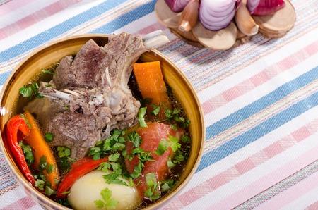 zanahoria: Sopa Shurpa - plato oriental tradicional con cordero, zanahorias, cebollas, pimientos, tomates y papas sazonadas con especias y perejil