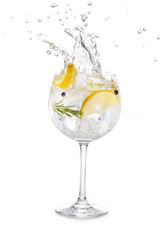 Salpicaduras de gin tonic aislado sobre fondo blanco.