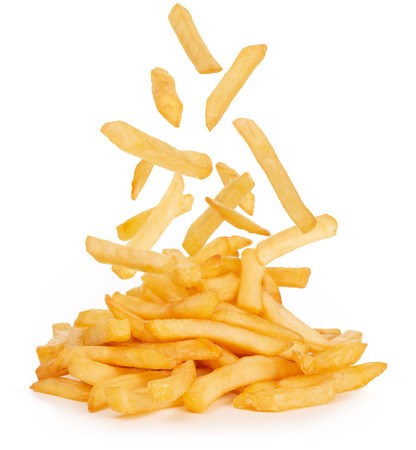 patatine fritte che cadono isolate su sfondo bianco