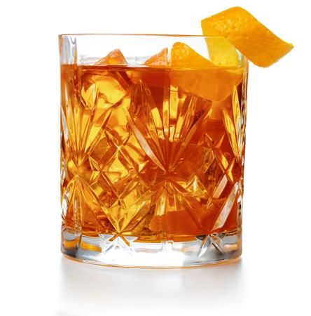 altmodischer Cocktail garniert mit Orangenschale isoliert