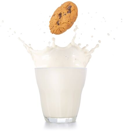 chocolate chip cookie falling into a splashing glass of milk isolated on white background 免版税图像