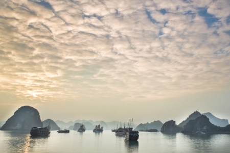 Halong Bay, Vietnam is listed as and was recently names as one of the seven wonders of the natural world. 版權商用圖片 - 16308832