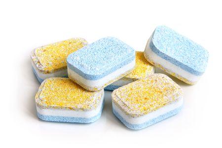 lavar platos: Tabletas para lavavajillas m�quina sobre un fondo blanco
