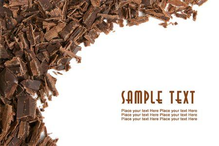 miettes: Copeaux de chocolat noir sur un fond blanc  Banque d'images