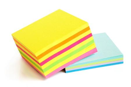 tack board: Notas de aviso sobre el fondo blanco