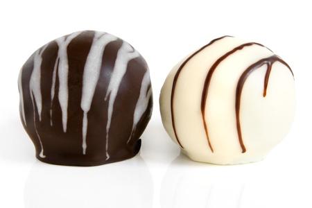 truffe blanche: Bonbons au chocolat sur un fond blanc Banque d'images