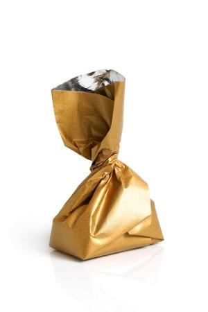 praline: Chocolade zoet in gouden folie op een witte achtergrond
