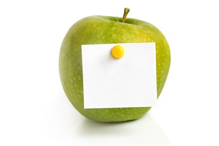 白い背景の上の空白とグリーンアップル