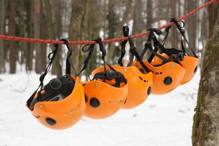 moschettone: I caschi arancioni - attrezzature arrampicata Archivio Fotografico