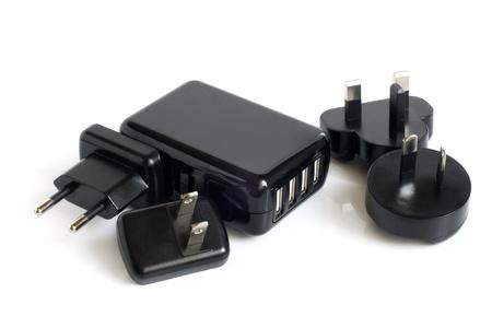 zelektryzować: Czarne elektryczne adaptery do portu USB na biaÅ'ym tle